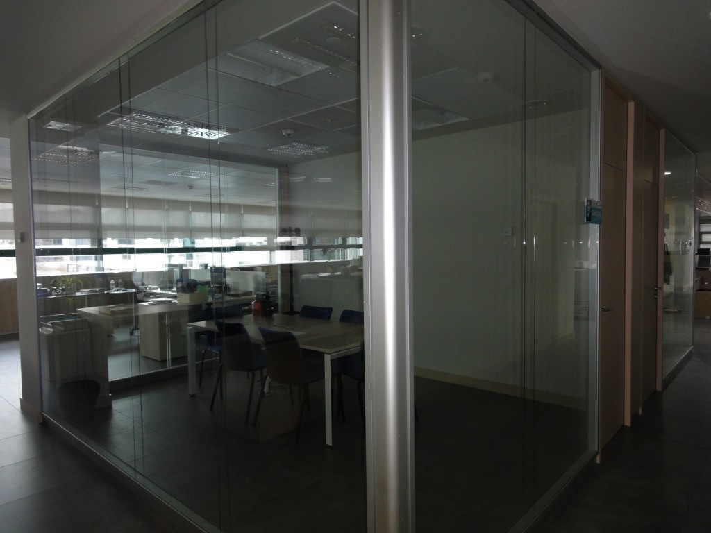 Mampara doble de cristal mamparas de oficina madrid for Mamparas de oficina madrid